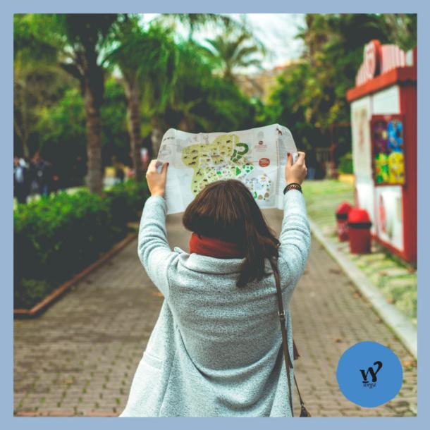 Una ragazza che guarda una cartina come simbolo di chi cerca e trova la strada per i propri obiettivi.