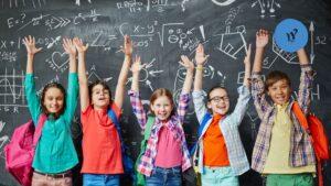 immagine di bambini a scuola che esultano